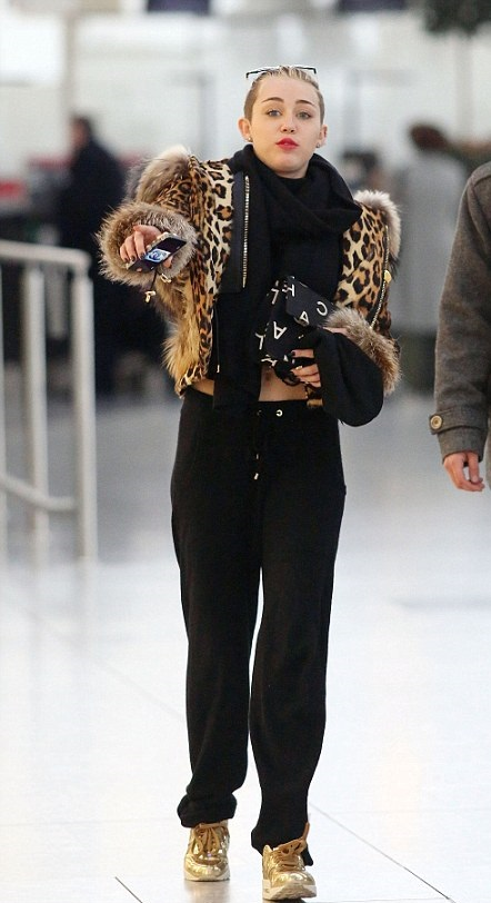 miley-cyrus-heathrow-airport-london-pic150287